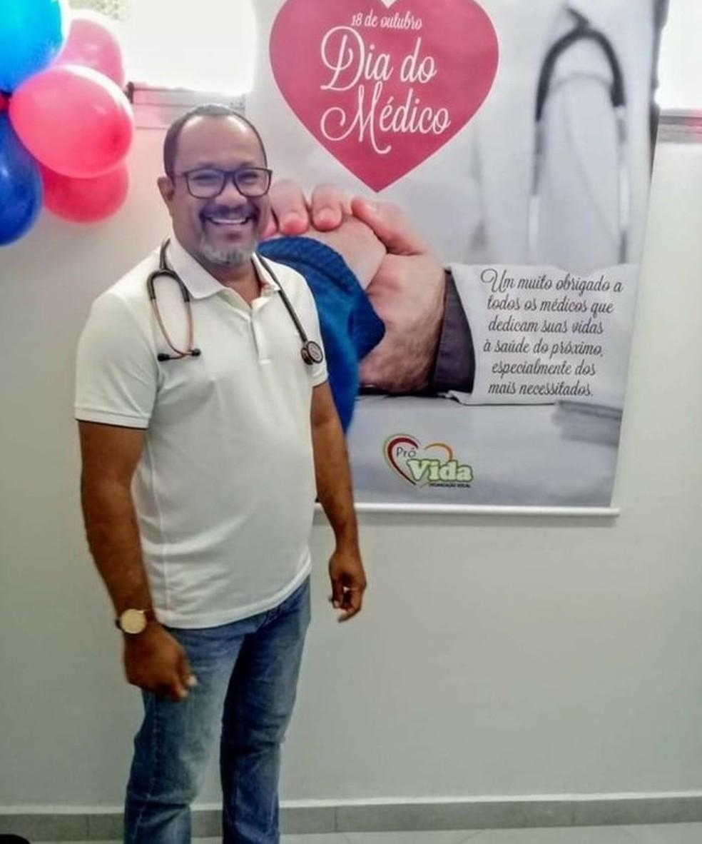 Homem que clonou documentos para atuar em unidade de saúde celebrando o Dia do Médico — Foto:  Reprodução/Facebook