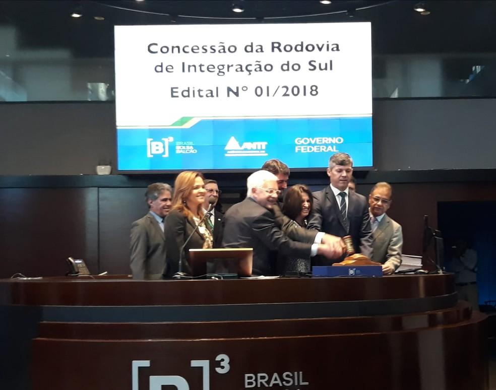 Representantes da CCR participam da cerimônia que celebrou a vitória no leilão da Rodovia de Integração do Sul. — Foto: Tais Laporta/G1