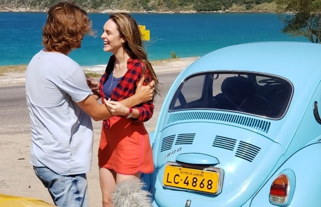 Manu irá à cidade participar do teste e reencontrará o rapaz quando estiver chegando em seu Fusca azul (Foto: TV Globo)