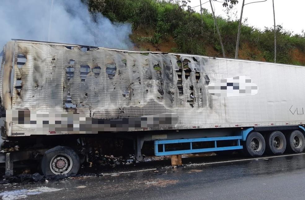 Parte da carga pegou fogo e a outra foi saqueada — Foto: PRF/Divulgação