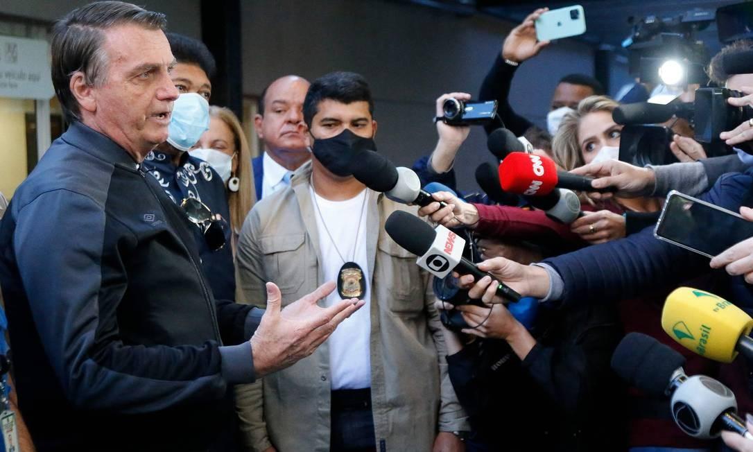 Sem máscara, Bolsonaro conversa com jornalistas na saída do Hospital Vila Nova Star, em São Paulo