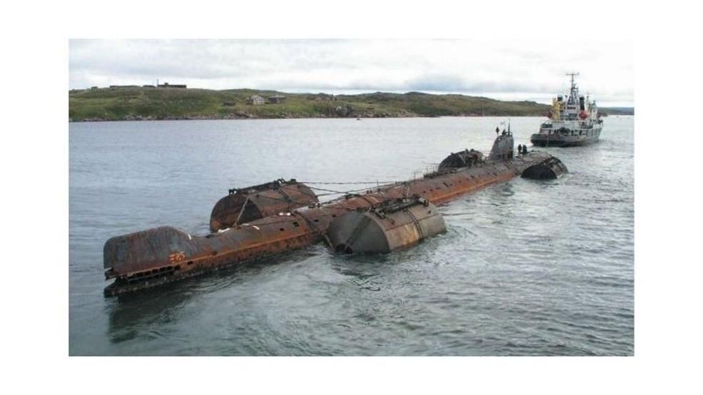 A operação de reboque do K-159 foi afetada pelo mau tempo e o submarino acabou afundado — Foto: Nucelar-Submarine-Decommissioning.ru via BBC