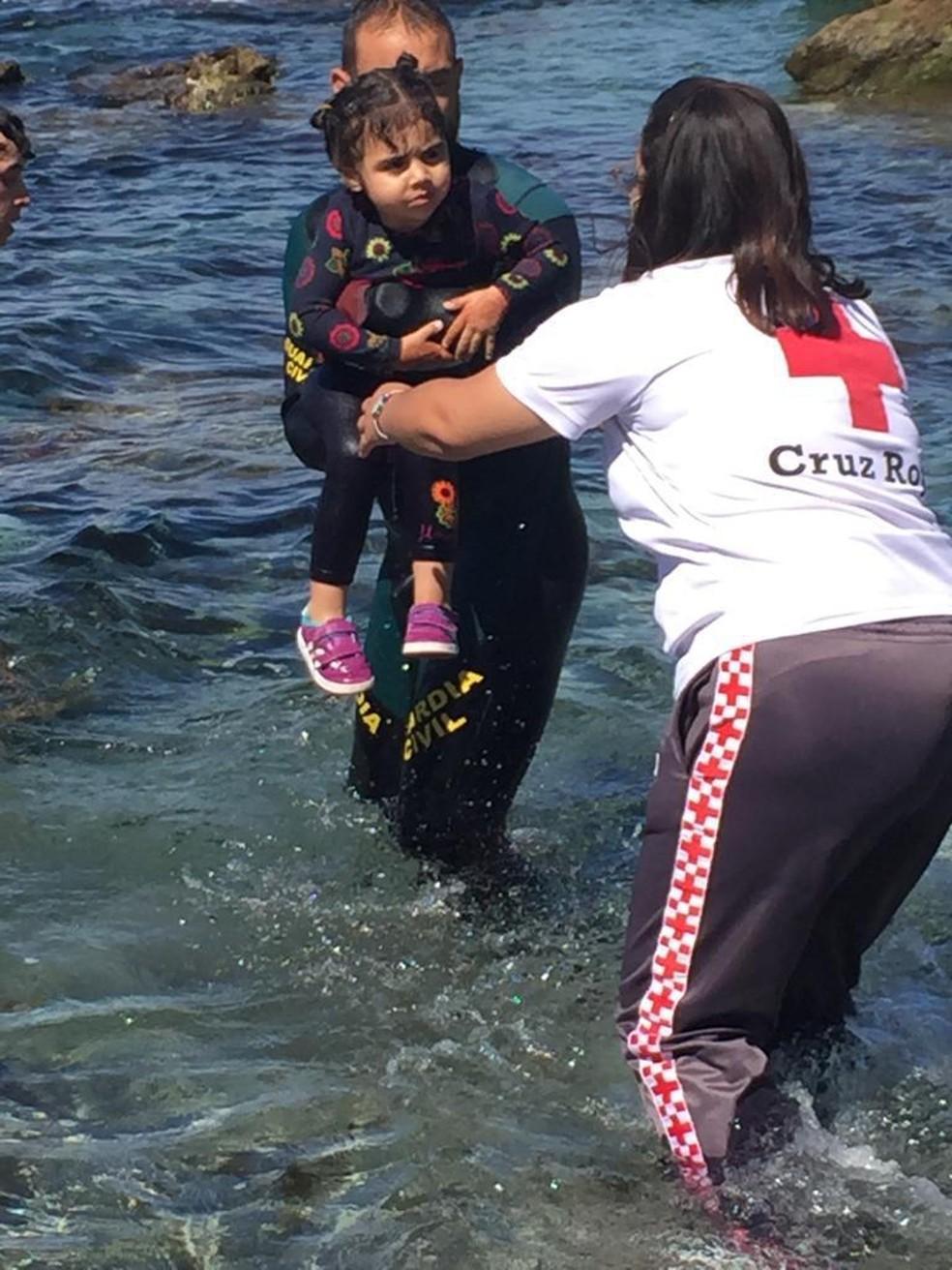 Menina é resgatada ao chegar em Ceuta, território espanhol no norte da África, nesta terça (18) — Foto: Guarda Civil/Reprodução