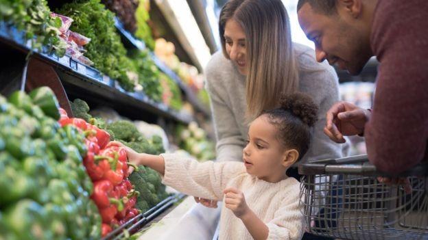 O melhor desempenho do consumo das famílias é puxado pela melhora gradual do mercado de trabalho (Foto: Getty Images via BBC News Brasil)
