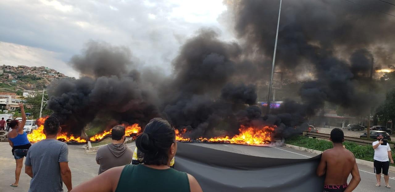 Moradores entram em confronto com PM durante protesto na MG-020 na Região Norte de BH