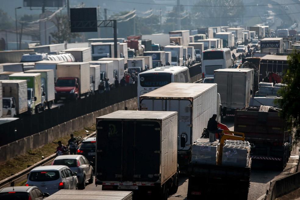 Caminhoneiros protestam causando congestionamento  na rodovia Regis Bittencourt, próximo a Embu das artes, em São Paulo (Foto: Felipe Rau/Estadão Conteúdo)