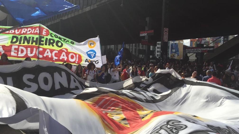 São Paulo - Protesto na Avenida Paulista marca manifestações contra cortes na educação — Foto: Gabriela Gonçalves/G1