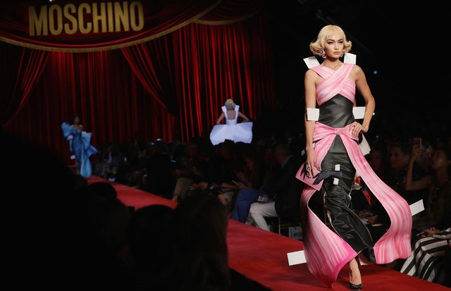 Gigi Hadid no desfile da Moschino (Foto: Getty Images)
