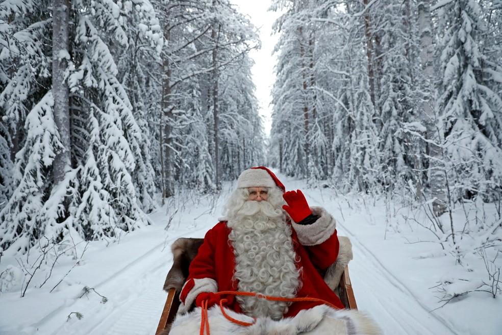 Papai Noel anda de trenó em comemoração no Círculo Polar Ártico, no Natal de 2016. (Foto: Pawel Kopczynski/Reuters)