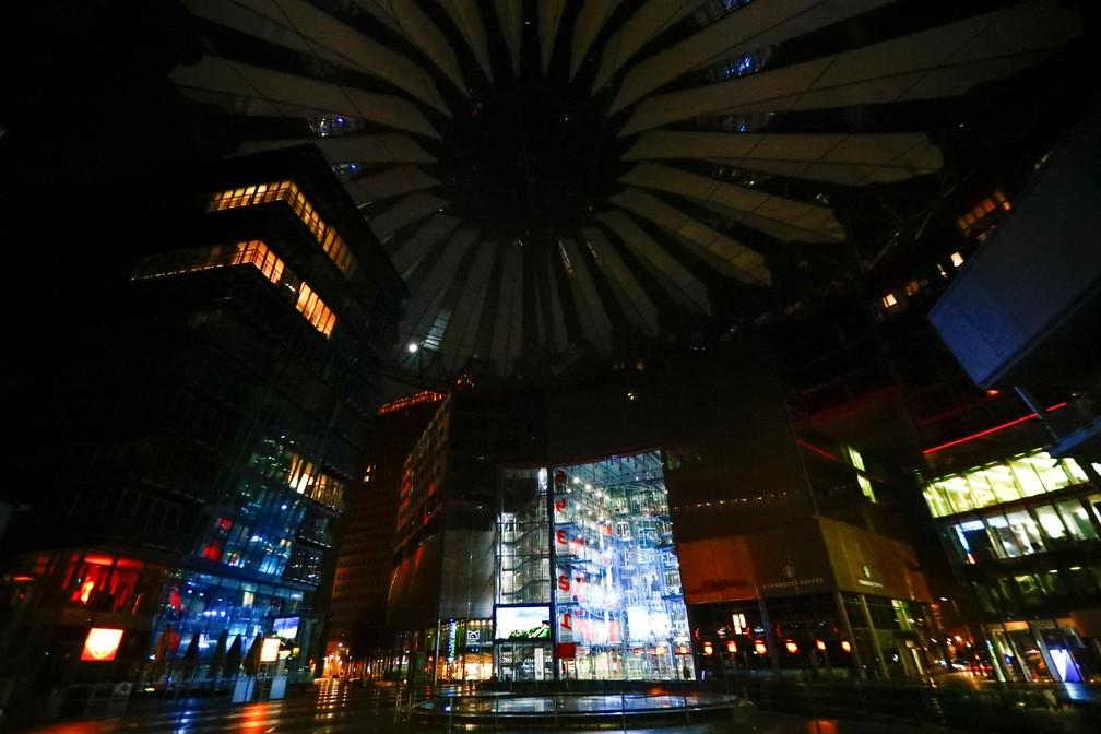 Luzes do Sony Center, na Potsdamer Platz (Berlim, Alemanha), apagadas para a Hora do Planeta 2021 neste sábado (27) — Foto: Hannibal Hanschke/Reuters