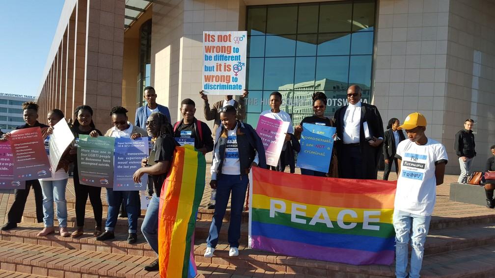 Integrantes da comunidade LGBT foram à porta do tribunal em Gaborone, capital de Botsuana, nesta terça-feira (11), dia em que a corte decidiu descriminalizar a homossexualidade no país. â?? Foto: Legabibo/Salc (via Twitter)