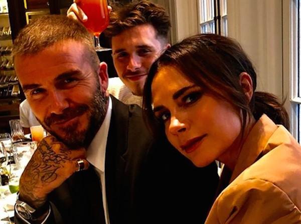 A cantora e estilista Victoria Beckham com o marido, o ex-jogador de futebol David Beckham, e o filho mais velho dos dois (Foto: Instagram)