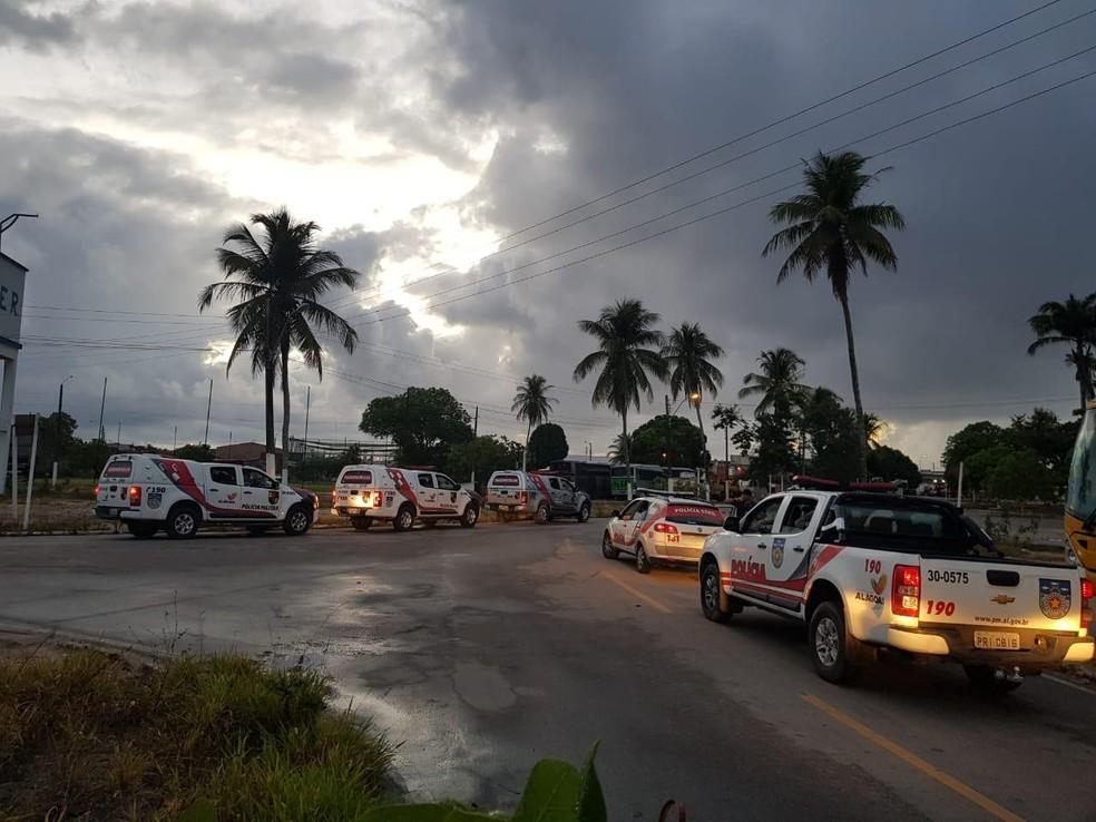 Policiais saem em viaturas para cumprir mais de 30 mandados de prisão e de busca e apreensão em Alagoas — Foto: Divulgação/SSP-AL