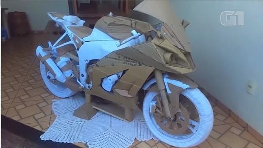 Sem dinheiro para modelo dos sonhos, jovem constrói moto de papelão