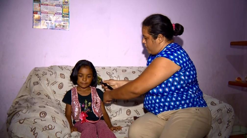 Menina de 6 anos, de Pouso Alegre (MG) cortou os cabelos para campanha — Foto: Ricardo Caroba/EPTV