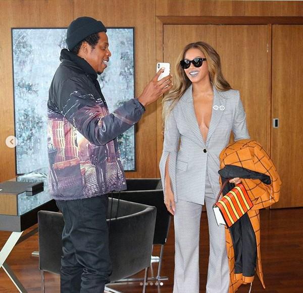 A cantora Beyoncé em foto dos bastidores de seu ensaio com look glamouroso na companhia do marido Jay-Z (Foto: Instagram)