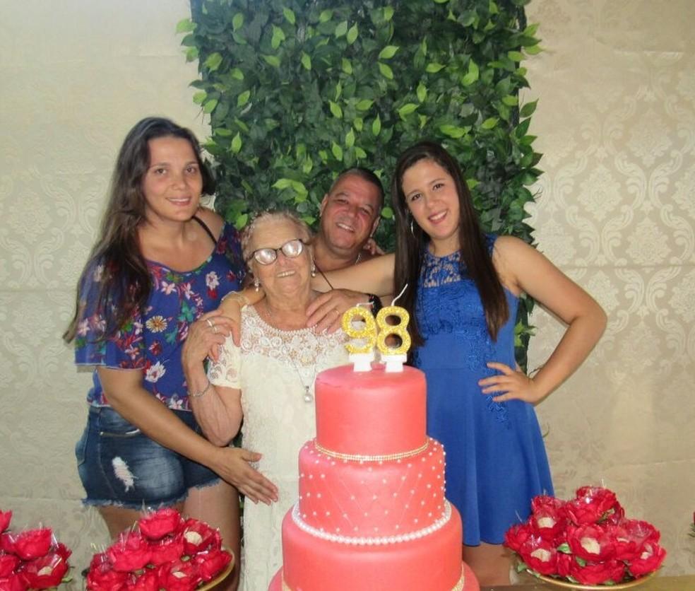 Maria Ana com filhos e netos na comemoração dos 98 anos (Foto: Gisely Ramos | Arquivo Pessoal)