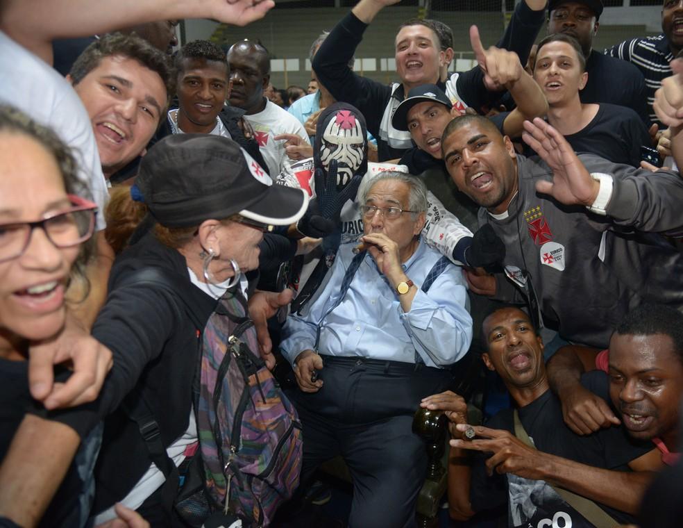 Eurico Miranda cercado por eleitores após a vitória (Foto: André Durão / GloboEsporte.com)