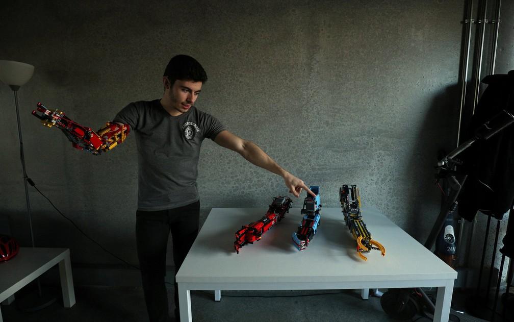 David Aguilar, que nasceu sem parte do braço, já está na quarta versão da prótese com Lego criada por ele. â?? Foto: Albert Gea/Reuters