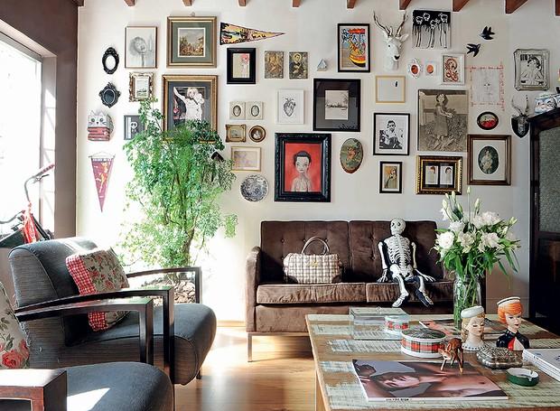 A estilista Patricia Grejanin conseguiu captar em sua casa de vila uma forte vertente da decoração contemporânea: o resgate ao passado. Na parede, imagens de ídolos como a do cantor Johnny Cash misturam-se a paisagens, flâmulas e fotos de infância (Foto: Marcelo Magnani/Casa e Jardim)