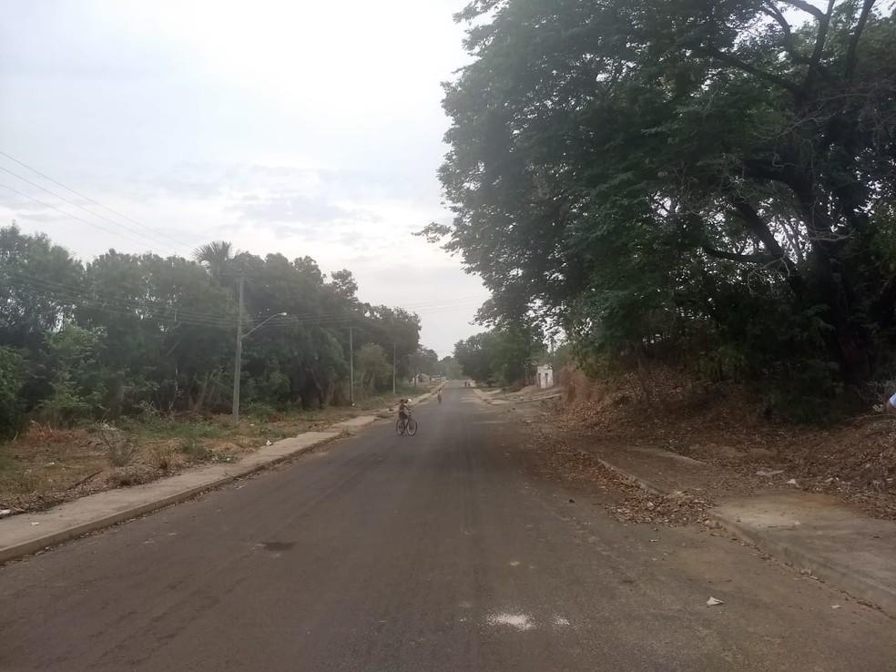Testemunhas disseram que o adolescente dirigiu em zigue-zague pela rua antes de capotar — Foto: Gabriela Lago/G1