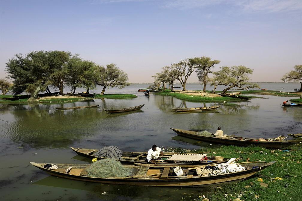 3 de maio - Pescadores checam seus barcos e redes antes de dia de pesca no rio Nilo perto de Jebel Aulia, no Sudão — Foto: Umit Bektas/Reuters