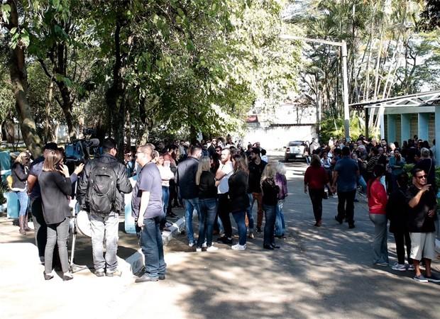 Amigos e familiares comparecem ao velório de Rafael Miguel (Foto: QUEM)
