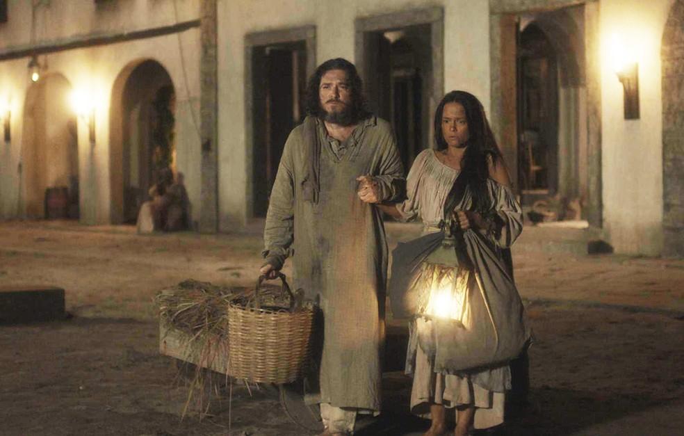 Licurgo (Guilherme Piva) e Germana (Vivianne Pasmanter) são expulsos da taberna e vão morar com Elvira (Ingrid Guimarães), em 'Novo Mundo' — Foto: TV Globo