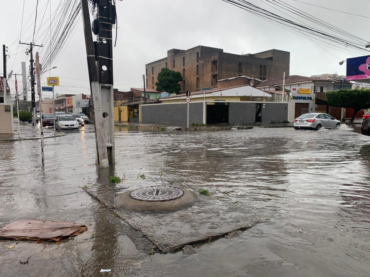 Chuva provoca alagamentos em ruas de Maceió