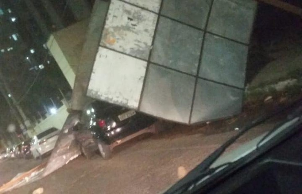 Ventania derrubou outdoors na avenida Raul Lopes, na Zona Leste de Teresina — Foto: Reprodução