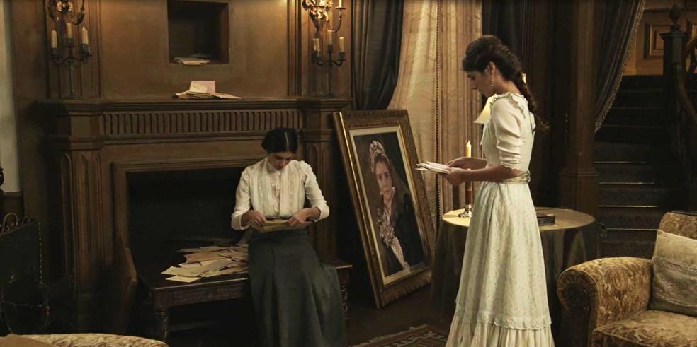 Quando tiram o quadro da parede, as cartas que Fani e Edmundo trocaram, mas nunca receberam, caem todas no chão  (Foto: TV Globo)