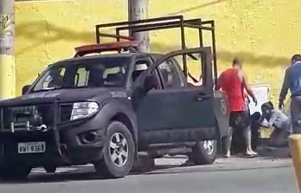 Acidente com carro do Batalhão de Ação com Cães, da PM, deixou quatro feridos (Foto: Reprodução)