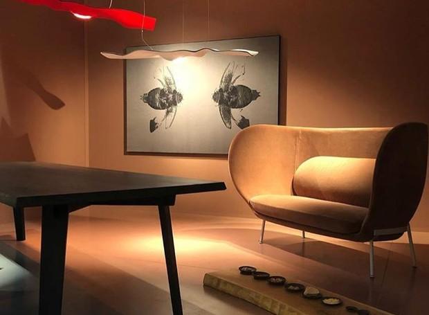 Showroom da marca Moroso, em parceria com o designer alemão Ingo Maurer. Na foto, sofá Armada com pendente Luce Volante (Foto: Casa e Jardim)