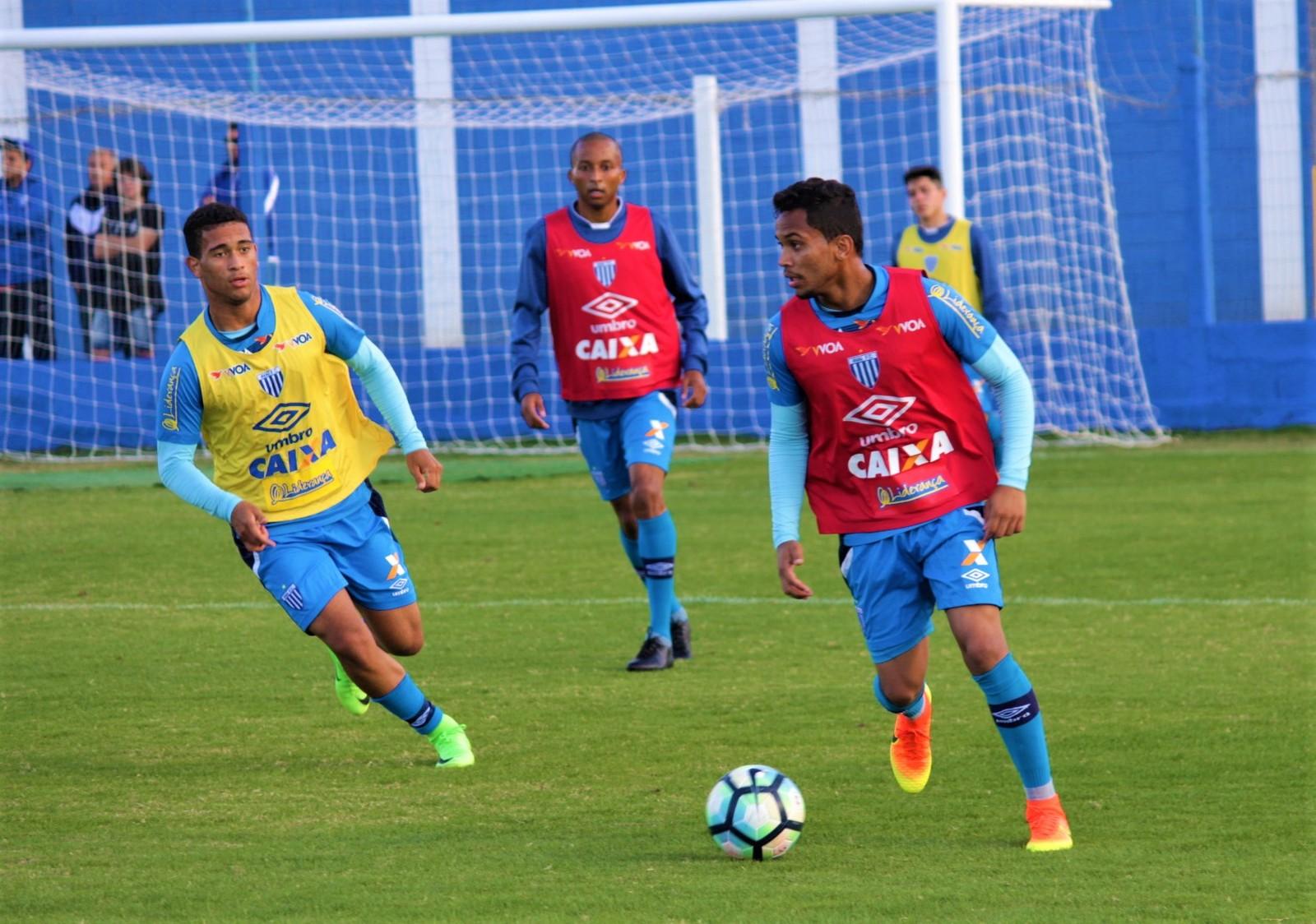 Os treinos começaram forte nesta sexta feira, Luan ariquemense de colete amarelo treina forte (Foto:  AndrÃĩ Palma Ribeiro/Avaí F. C.)