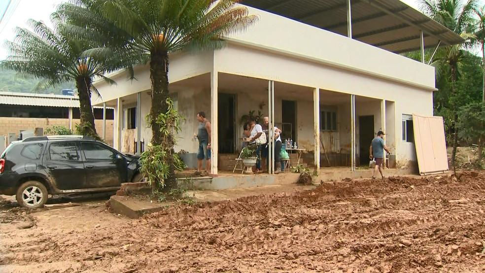 Frente da casa do seu Luiz e da dona Glorinha nesta terça-feira, 201 de janeiro de 2020: ainda cheia de lama — Foto: Reprodução/TV Gazeta