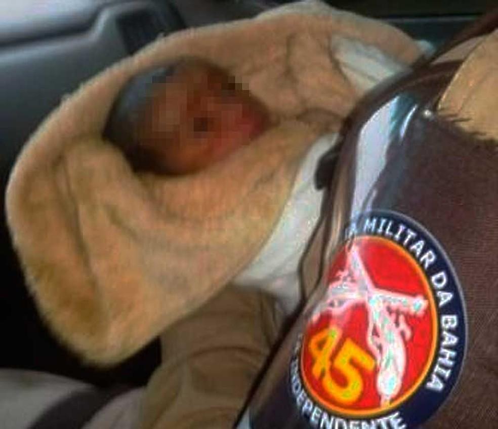 Recém-nascido foi abandonado nos fundos de uma residência em Curaçá (Foto: Divulgação/Polícia Militar)