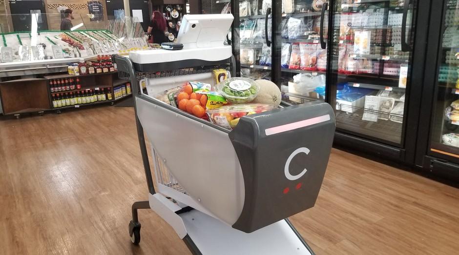 05191de30 Carrinho inteligente da Caper escaneia os produtos e depois registra o  pagamento via cartão ou smartphone
