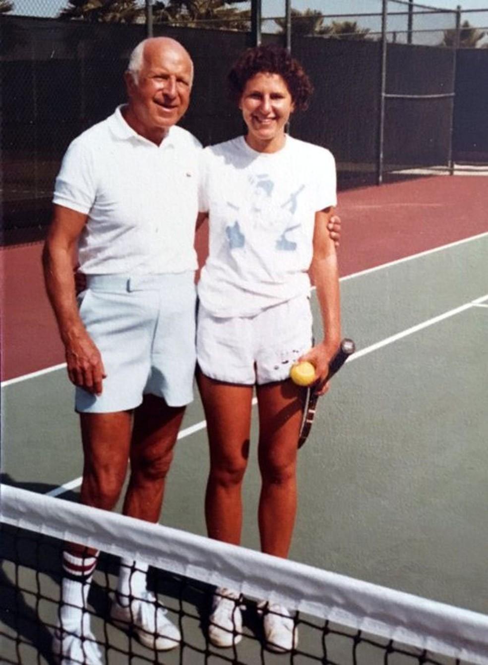 Maryann jogando tênis com o pai, em 1976 ou 1977, antes do acidente (Foto: Arquivo pessoal)
