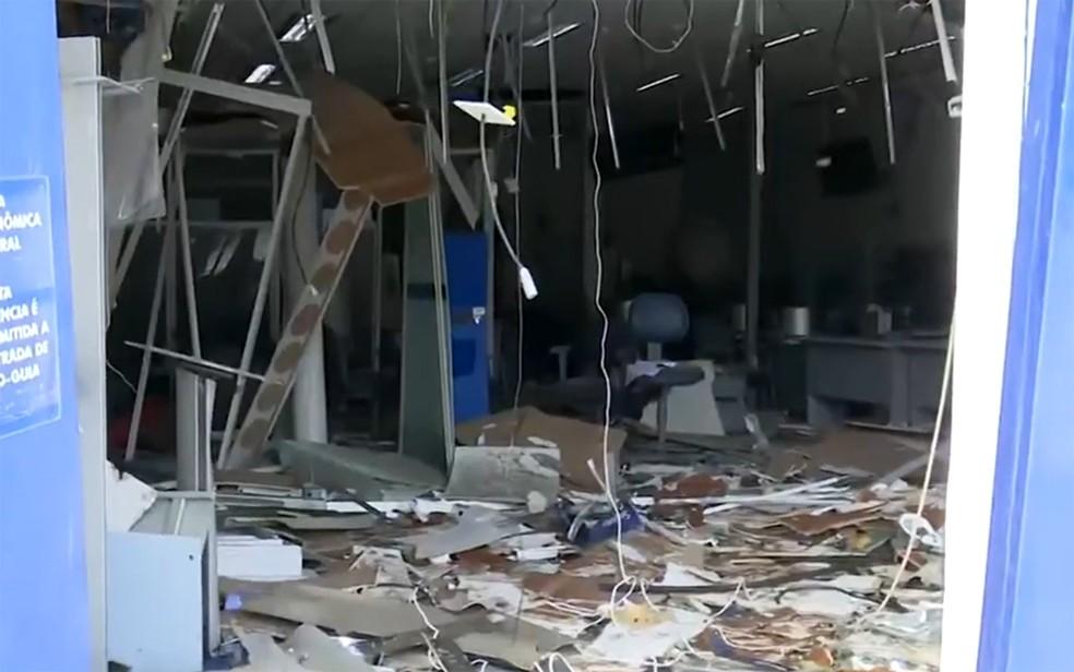 Agência da Caixa Econômica é explodida em São Gonçalo dos Campos — Foto: Reprodução/TV Bahia