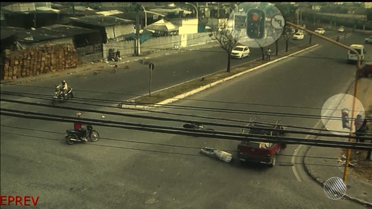 Motociclista é arremessado após ser atropelado por picape e sai ileso; vídeo flagra momento do acidente