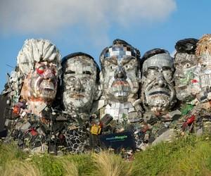 """Conheça o """"Mount Recyclemore"""": Escultura feita de lixo eletrônico que retrata os líderes do G7"""