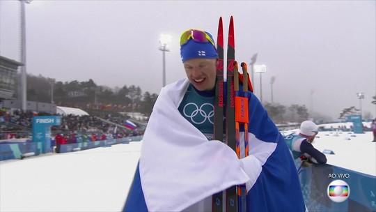 Finlandês consegue ultrapassagem no fim e leva o ouro no Esqui Cross-Country 50KM