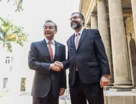 ernesto araujo ministro Negócios Estrangeiros da China Wang Yi (Foto: Arthur Max/MRE)