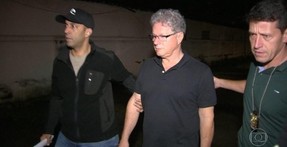Imagem mostra o empresário Jacob Barata Filho (centro), ao ser preso (Foto: Reprodução / Tv Globo)