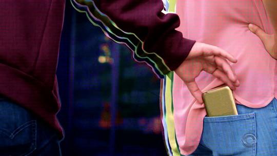 Reportagem flagra novo furto de celular e mostra como os criminosos desbloqueiam os aparelhos