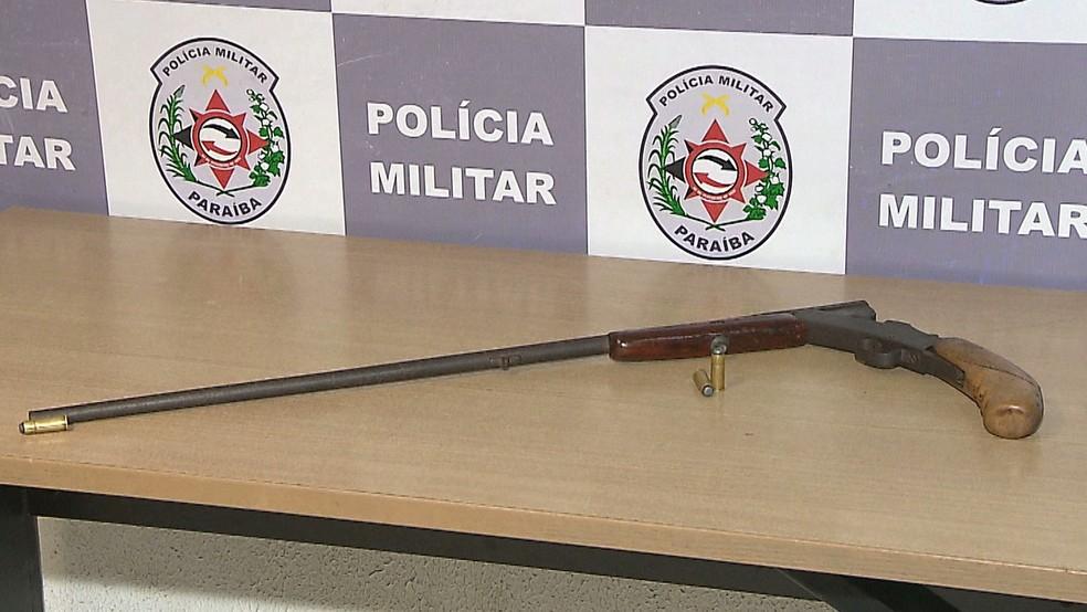 Segundo a própria Polícia Militar, a arma apreendida tem poder de destruição maior que aquelas usadas pela PM da Paraíba — Foto: Reprodução/TV Cabo Branco