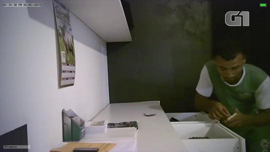 Empresário instala câmeras e flagra funcionários roubando dinheiro de loja; veja vídeo