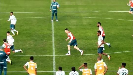 Faixa na cabeça, chapéu no treino... Moisés dá mais um passo para voltar ao Palmeiras