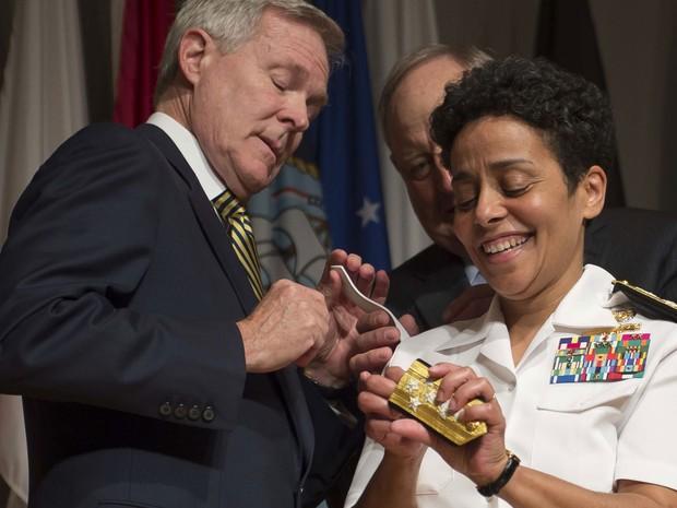 Michelle Howard, de 54 anos, recebe a condecoração da Marinha dos EUA (Foto: MCC Peter D. Lawlor/US Navy/AFP)