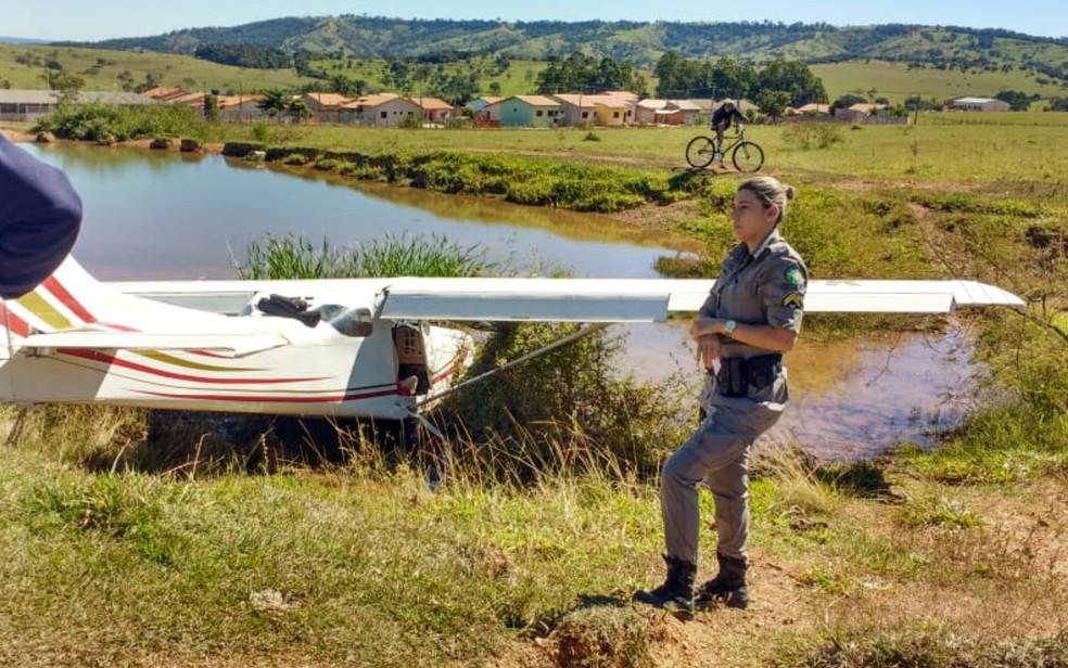 Aeronave PU-DFK pousa parcialmente sobre pequena represa (Foto: Reprodução/TV Anhanguera)